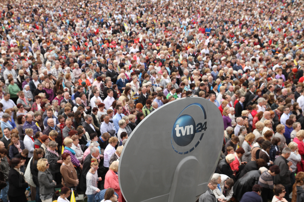 TVN24 and faithful crowd