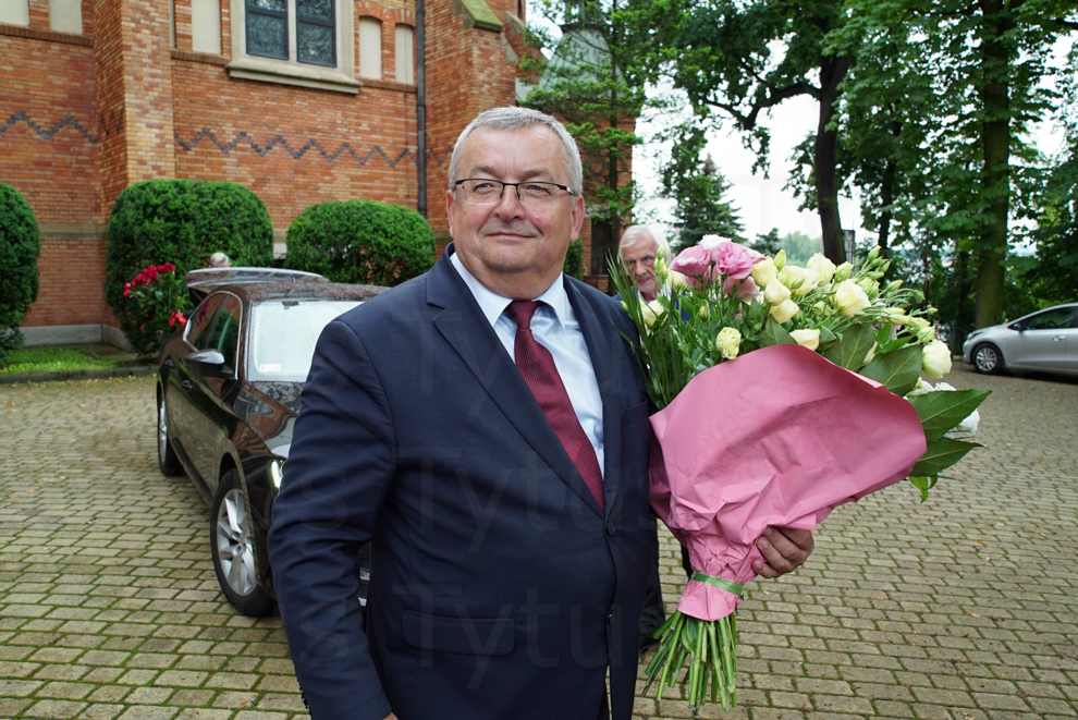 Ryszard Terlecki ( Deputy Marshal of the Sejm ) hidden in the flowers from Andrzej Adamczyk ( Minister of infrastructure) for Jacek Kurski (Chef of Polish National Television)