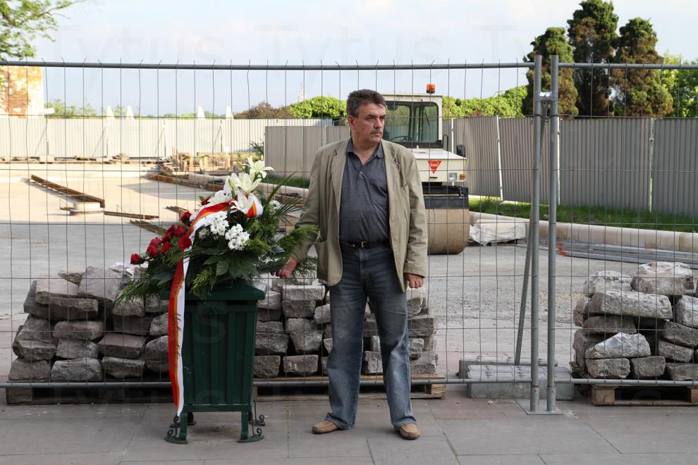 Solidarity on the trash. Smoleńsk wreath.